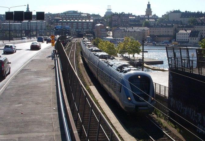 1045px-Centralbron_pendeltåg_2009